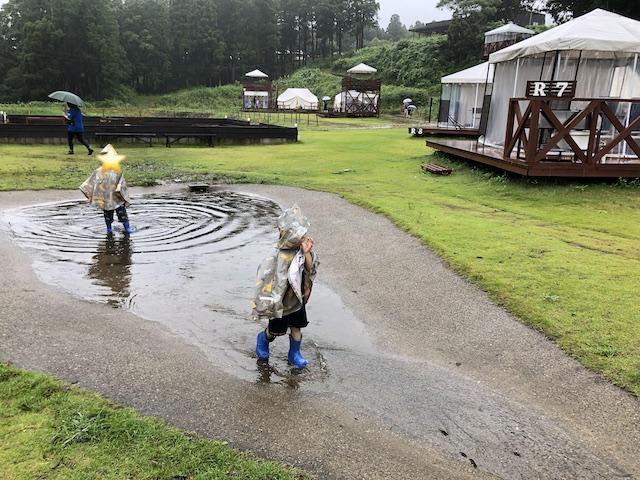 グランピング施設で水遊びをする兄弟