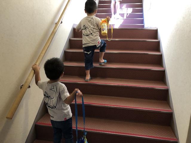 階段を登る兄弟