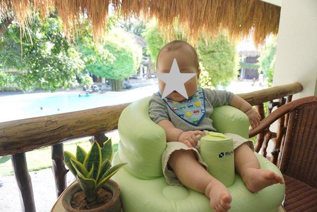 ベビーチェアに座る赤ちゃん