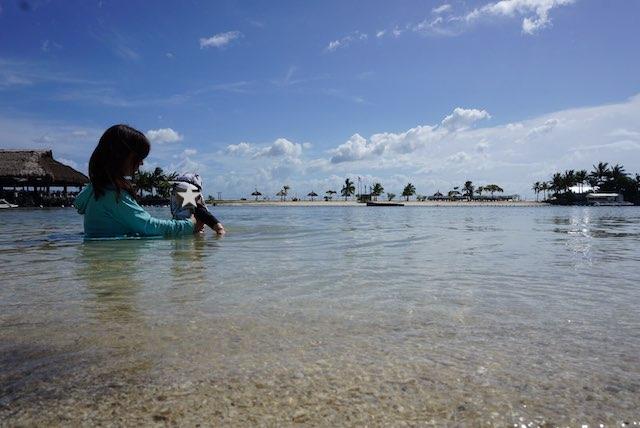 ビーチでママと赤ちゃん