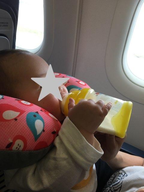 飛行機に乗る赤ちゃん