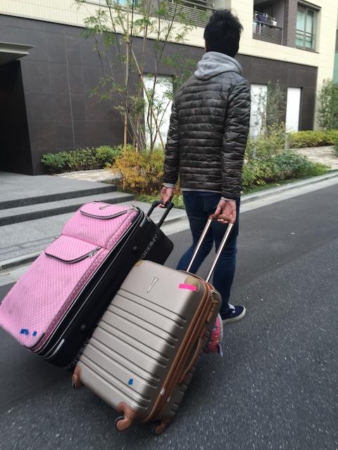 スーツケースを持つパパ